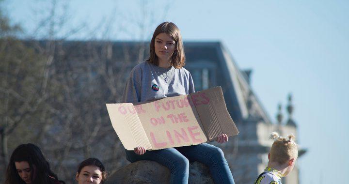 Niña en manifestación por el cambio climático.